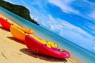 ビーチの上に座っているボートの写真・画像素材[3508187]