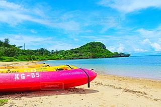 砂浜の上に座っているボートの写真・画像素材[3508189]