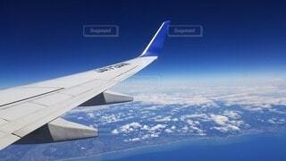 空を飛んでいる飛行機の写真・画像素材[3721804]