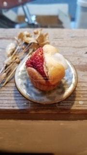 木製のテーブルの上に座っているケーキの写真・画像素材[3940262]