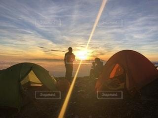 テント越しの朝日の写真・画像素材[2468263]