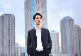 ビル群を歩くビジネスマンの写真・画像素材[2469933]
