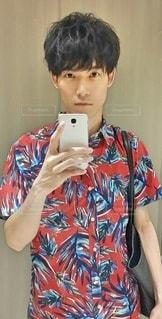 洗面所で自撮りをする若い男性の写真・画像素材[2479078]