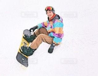 スノーボードに乗っている人の写真・画像素材[2897882]