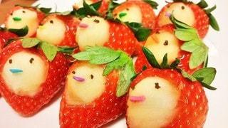 イチゴをくりぬいてリンゴと合体の写真・画像素材[2897917]