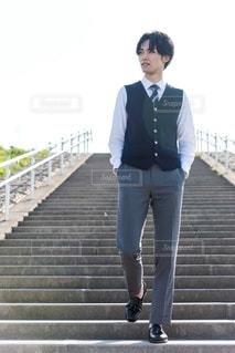 階段を下りる男性の写真・画像素材[3156737]