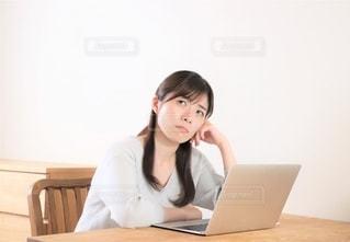 テレワーク 女性 悩むの写真・画像素材[3277452]
