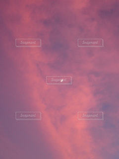 ピンクの空と月の写真・画像素材[2469071]