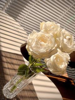 テーブルの上に座る花で満たされた花瓶の写真・画像素材[3186017]