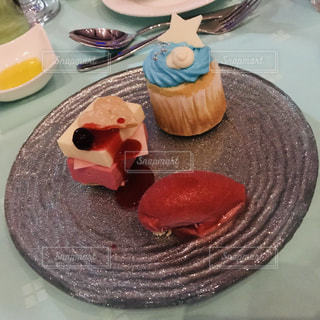 テーブルの上に食べ物のプレートの写真・画像素材[993659]