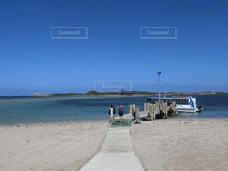 真っ青な空と海の写真・画像素材[2472723]