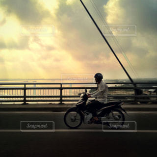 曇りの日にバイクに乗る男 - No.711339