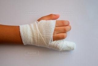 小指の怪我で包帯とギプスで固定の写真・画像素材[2551672]