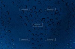 車のフロントガラスの水滴の写真・画像素材[2620911]