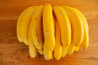 テーブルの上に置いたバナナの束の写真・画像素材[4120323]