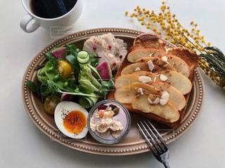 テーブルの上の食べ物の皿の写真・画像素材[2499217]