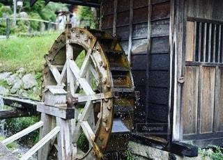 ある日の水車の写真・画像素材[2478580]