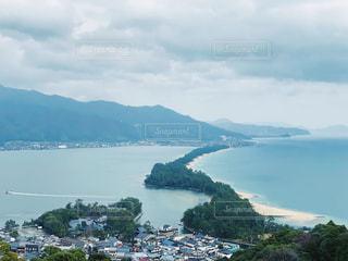 背景に山のある大きな水域の写真・画像素材[3068109]