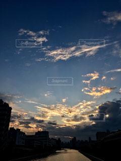 日没時の街の眺めの写真・画像素材[2491744]