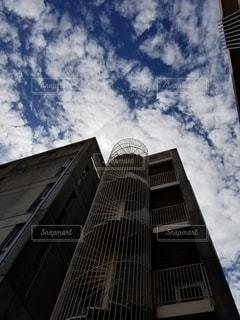 空に続く階段の写真・画像素材[2484679]