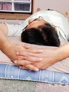 昼寝する男性の写真・画像素材[2577088]