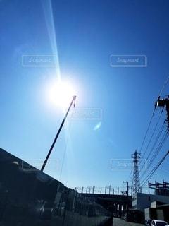 太陽とクレーンの写真・画像素材[2697327]