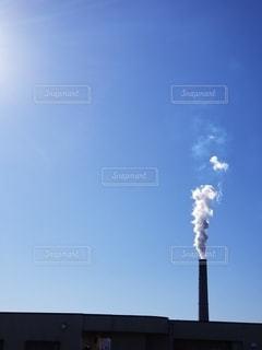 煙が立つ煙突の写真・画像素材[2728461]