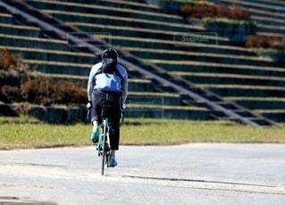 自転車に乗って土手を走る人の写真・画像素材[2733894]