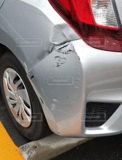 凹んだ車の写真・画像素材[2755691]