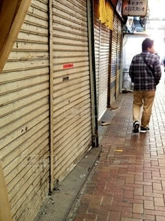 シャッターの降りた商店街の写真・画像素材[2787123]