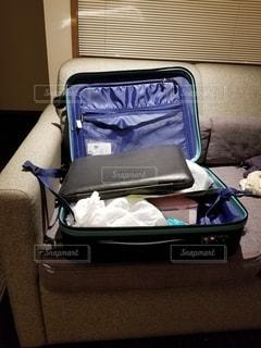 スーツケースを広げるの写真・画像素材[2867936]