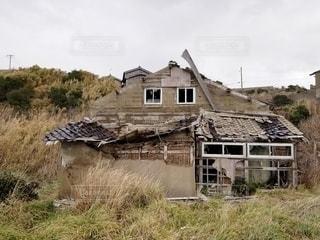 崩れる無人の家屋の写真・画像素材[2890932]