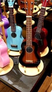 並べられたギターの写真・画像素材[3067547]