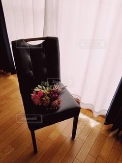 椅子の上の花束の写真・画像素材[3122082]