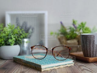 眼鏡をとって休憩の写真・画像素材[3602520]