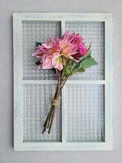 窓枠の花束の写真・画像素材[3660837]