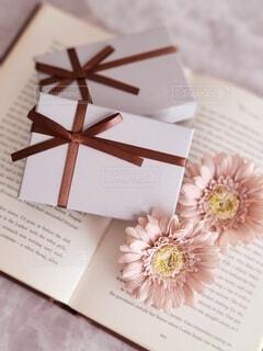 ギフトボックスと花の写真・画像素材[4590195]