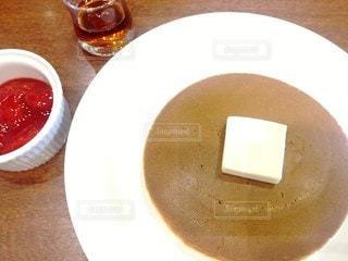 テーブルに並んだパンケーキの写真・画像素材[2481028]