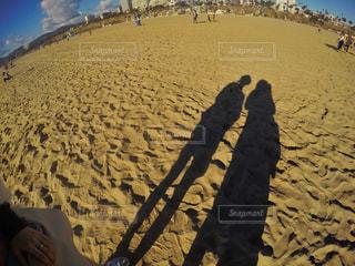 砂浜の上に立っている人の写真・画像素材[3165216]
