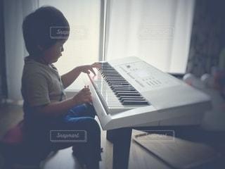 ピアノを弾く子どもの写真・画像素材[2510236]