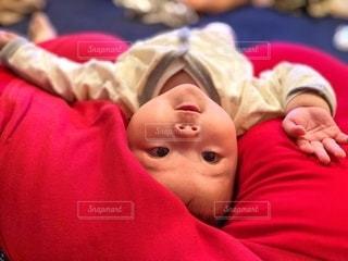 クッションに寝転ぶ赤ちゃんの写真・画像素材[2578657]