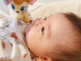 ひとり遊びする赤ちゃんの写真・画像素材[2640664]