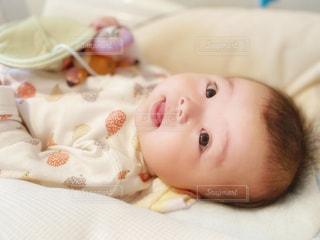 振り向く赤ちゃんの写真・画像素材[2640666]