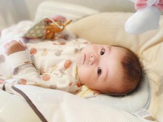 振り向き見つめる赤ちゃんの写真・画像素材[2640667]