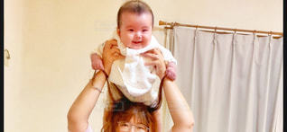 肩ぐるまする親子の写真・画像素材[2645297]