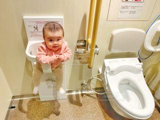 トイレのベビーチェアに座る赤ちゃんの写真・画像素材[2685343]