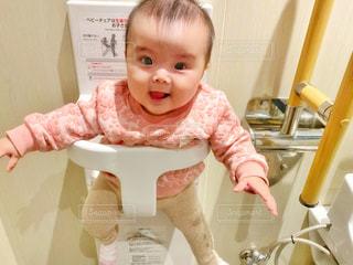 トイレのベビーチェアに座る赤ちゃんの写真・画像素材[2685344]