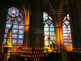ノートルダム大聖堂のステンドグラスの写真・画像素材[2482833]