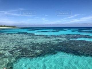 夏の波照間島・ニシ浜ビーチ沖の写真・画像素材[2483670]