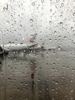 雨のフライトの写真・画像素材[2483676]